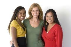 Olik grupp av kvinnor som isoleras på vit Royaltyfri Bild