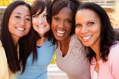 Olik grupp av kvinnor som talar och skrattar Arkivfoto