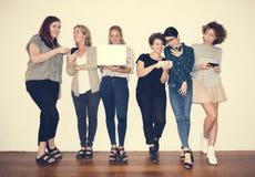 Olik grupp av kvinnor som ut hänger Royaltyfri Bild