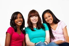 Olik grupp av tonår som isoleras på vit Royaltyfri Foto