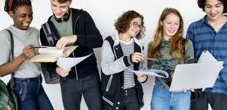 Olik grupp av tonåringforsen arkivfoton