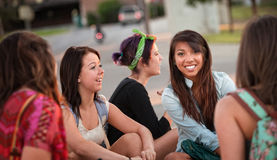 Olik grupp av tonårs- flickasamtal royaltyfri bild