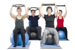 Olik grupp människor ett idrottshallgruppsammanträde på Pilates bolldoin royaltyfria bilder