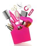 Olik hairstylingutrustning i shoppingpåse Arkivfoto