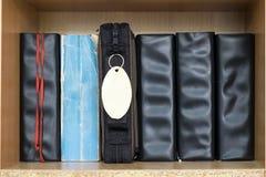 Olik helig bibel i raden i den wood bokhyllan för ply royaltyfri fotografi