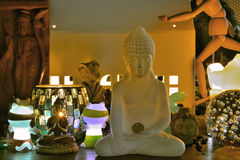 Olik klosterbroder och kulturella skulpturer från olika religioner Arkivfoto