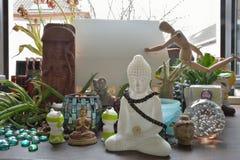 Olik klosterbroder och kulturella skulpturer från olika religioner Royaltyfria Bilder
