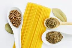 Olik kryddor och spagetti Arkivbilder