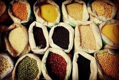Olik mång- kulör skidfrukt Bean Sack Market Concept royaltyfri bild