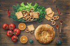 Olik mat på köksbordet nytt bröd fotografering för bildbyråer