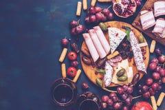 Olik mellanmål-frukt, ost, korv, rött vin Bästa sikt, kopieringsutrymme tonat foto royaltyfri fotografi