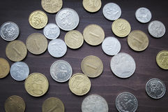 Olik myntsamling på den gamla trätabellen Arkivfoto
