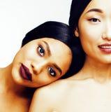 Olik nationkvinna: asiat afrikansk amerikan, caucasian som isoleras tillsammans på lyckligt le för vit bakgrund som är olikt fotografering för bildbyråer