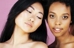 Olik nationkvinna: asiat afrikansk amerikan, caucasian som isoleras tillsammans på lyckligt le för vit bakgrund som är olikt arkivfoton
