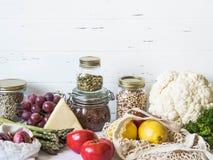 Olik ny mat - gr?nsaker och frukter i eco-v?nskapsmatch packe p? vit marmorerar bakgrund Vegetariskt sunt organiskt m?l royaltyfri foto
