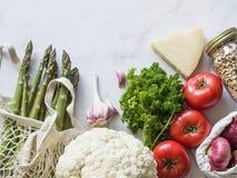 Olik ny mat i eco-vänskapsmatch packe på vit marmorerar bakgrund Vegetariskt sunt organiskt m?l fr?n marknaden Nollavfalls royaltyfri bild