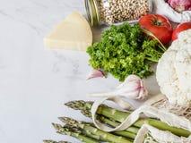 Olik ny mat i eco-v?nskapsmatch packe p? vit marmorerar bakgrund Vegetariskt sunt organiskt m?l fr?n marknaden Nollavfalls royaltyfria bilder