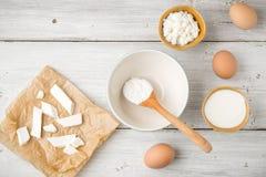 Olik ny ost med yoghurt och ägg på den vita trätabellen royaltyfria foton