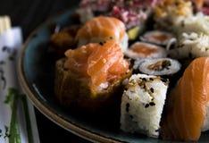 Olik ny sushi Rolls på plattan fotografering för bildbyråer