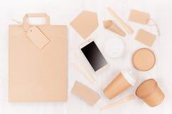 Olik papp för mellanrum som förpackar för snabbmat - påse, kaffekopp, skärmtelefon, bestick, socker, krydda, behållare och ask royaltyfri fotografi