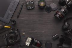 Olik personlig utrustning för fotograf arkivbilder