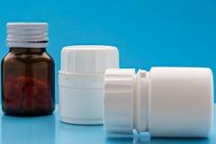 Olik plast- och glass preventivpillerflaska Royaltyfri Fotografi