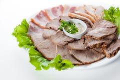 Olik rökt skinka och bacon med grönsallat på vit bakgrund Royaltyfri Foto