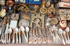 Olik saker som är till salu på en loppmarknad Royaltyfri Fotografi