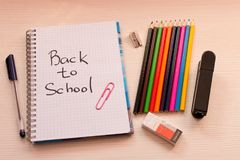 Olik skolatillbehör på skrivbordet tillbaka skola till skola Arkivfoto