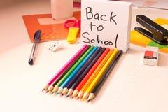 Olik skolatillbehör på skrivbordet tillbaka skola till skola Royaltyfri Foto