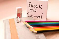 Olik skolatillbehör på skrivbordet tillbaka skola till skola Arkivbilder