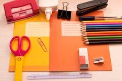 Olik skolatillbehör på skrivbordet tillbaka skola till skola Arkivfoton