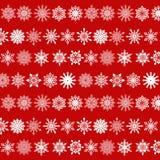 Olik snöflingamodell på röd bakgrund Arkivbilder