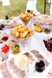 Olik sort av mat på tabellen på ett bröllopparti fotografering för bildbyråer