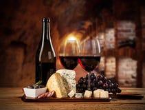Olik sort av ost med vin royaltyfria bilder