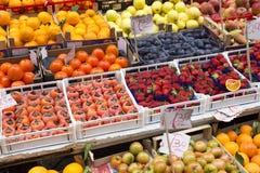 Olik sortfrukt som är till salu på en marknad i Palermo royaltyfri foto