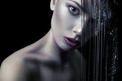 Olik stil av skönhet ung härlig modemodell med silver, lilor, blå makeup och den skinande silversmyckenkedjan på hennes fa Royaltyfria Foton