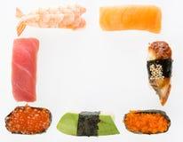 Olik sushiuppsättning som en ram som isoleras på vit bakgrund Japansk kokkonst Ikura lax, tonfisk, avokado, kaviar, räkasushise fotografering för bildbyråer
