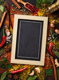 Olik svart tavla för krydda- och örtsurroundmellanrum Royaltyfria Bilder