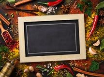 Olik svart tavla för krydda- och örtsurroundmellanrum Royaltyfria Foton