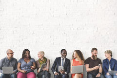 Olik teknologi Sittin för grupp människorgemenskapsamhörighetskänsla fotografering för bildbyråer