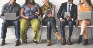 Olik teknologi Sittin för grupp människorgemenskapsamhörighetskänsla royaltyfri bild