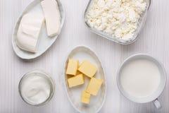 Olik typ av mejeriprodukter på vit träbakgrund arkivbilder