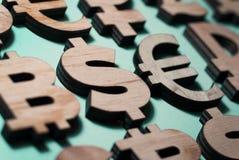 olik valuta, träsymboler, bitcoindollar och euro i rad royaltyfri illustrationer