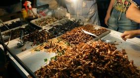 Olik variation av grillade kryp som säljs i gatorna av Bangkok, i området av den Kaosan vägen lager videofilmer