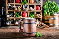 Olika äppeljuiceöl och ingredienser arkivbilder