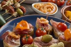 Olika öppna smörgåsar på tabellen Royaltyfria Foton