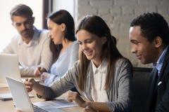 Olika anställda arbetar tillsammans att samarbeta i regeringsställning arkivfoton