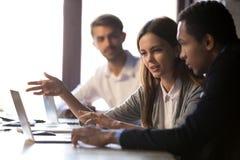 Olika anställda för kontorskollegor som talar arbete på online-pr royaltyfria bilder