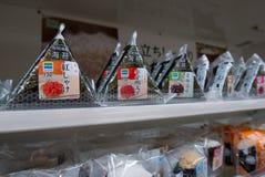 Olika anstrykningar av den japanska risonigirien som säljs på konbinien för uttag för familjmarknadbekvämlighet i Osaka, Japan royaltyfri bild